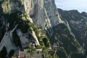 Nữ sinh ngã chết khi selfie trên đỉnh núi