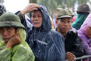 Thương binh đội mưa chờ mua vé trận Việt Nam - UAE: Vẫn còn tình trạng vé vừa ra cửa đã được 'tuồn' ra chợ đen