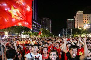 5 màn hình lớn ở phố Nguyễn Huệ trực tiếp trận Việt Nam - UAE