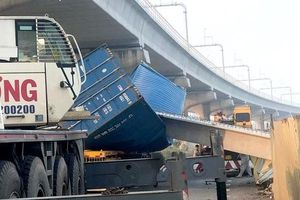 Diễn biến bất ngờ vụ xe container kéo sập dầm cầu trước Suối Tiên