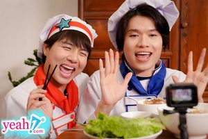 Quay Vlog review món ăn bé Sa Quang Trung liên tục bị mẹ Duy Khánh bắt 'Chào cô chú đi con'.