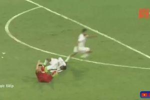 Tình huống trung vệ UAE nhận thẻ đỏ