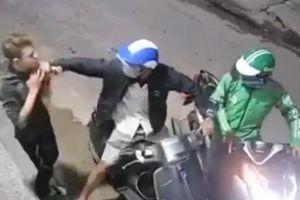 Hai đối tượng dí dao vào cổ nạn nhân rồi cướp xe máy, điện thoại