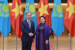 Chủ tịch Quốc hội đón, hội đàm với Chủ tịch Hạ viện CH Kazakhstan
