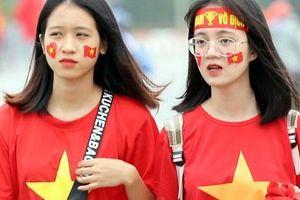 CĐV 'nhuộm đỏ' quảng trường SVĐ Mỹ Đình trước trận Việt Nam - UAE