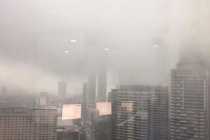 Sương mù dày đặc như quái vật hiện hình ở Philippines