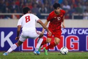 Công Phượng gục xuống thảm cỏ, nhiều lần mất bóng trước UAE