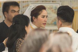 Bảo Thy huy động dàn vệ sĩ và dùng ô che chắn trong lễ cưới