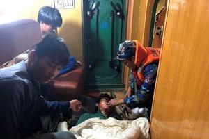 Vùng Cảnh sát biển 1 cứu hộ thuyền viên gặp nạn trên biển