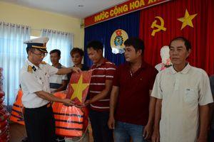 Quảng Ngãi: Bộ tư lệnh Vùng 3 Hải quân thăm, tặng quà ngư dân đảo Lý Sơn