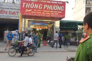 Nghi án 2 thanh niên nổ súng cướp tiệm vàng táo tợn ở huyện Hóc Môn