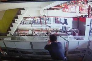 Truy bắt hai đối tượng nổ súng cướp tiệm vàng táo tợn ở Sài Gòn