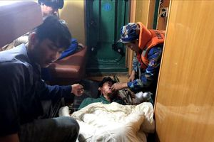 Đưa ngư dân bị thương nặng vào cảng Hòn La