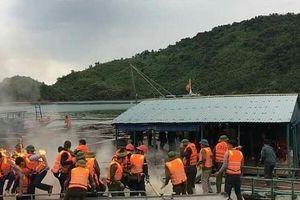 Cưỡng chế nhà bè nuôi cá trái phép, lực lượng công vụ bị ném bom xăng