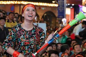 Dàn CĐV nữ tưng bừng ăn mừng trước chiến thắng của đội tuyển Việt Nam