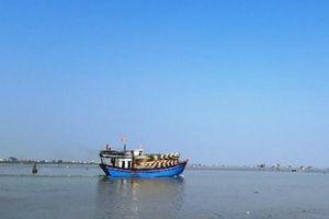 Cứu sống 7 ngư dân Thanh Hóa gặp nạn trên biển