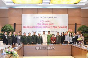 Phó Chủ tịch Quốc hội Đỗ Bá tỵ trao Nghị quyết phê chuẩn Phó Chủ nhiệm Ủy ban Quốc phòng và An ninh của Quốc hội