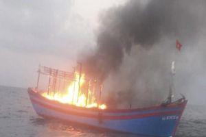 Tàu cá chở 7 thuyền viên bốc cháy trên biển