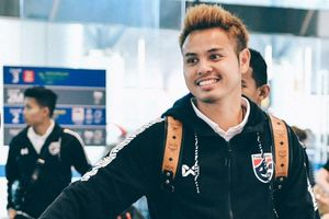 Theerathon tươi cười ở sân bay sau thất bại trước Malaysia