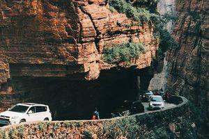 Con đường khoét vách núi dựng đứng cao 200 m