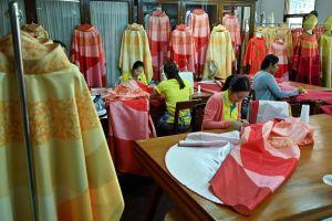 Tu viện Thái may 200 áo choàng lụa đón Giáo hoàng Francis