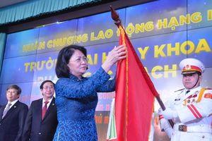Trường đại học Y khoa Phạm Ngọc Thạch đón nhận Huân chương Lao động hạng Hai