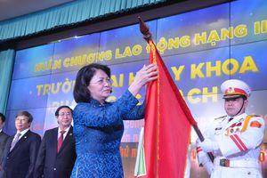 Trường Đại học Y khoa Phạm Ngọc Thạch đón nhận Huân chương Lao động hạng Nhì