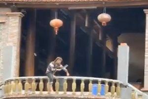 Thanh niên nghi ngáo đá trèo lên lan can chùa Phúc Long chặt đứt nhiều ngón tay