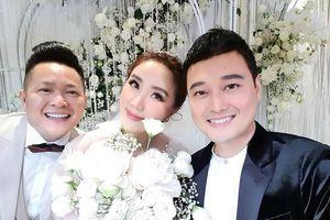 Chồng đại gia của Bảo Thy tươi rói bên vợ trong đám cưới