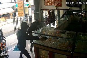 Vụ nổ súng cướp tiệm vàng ở TP.HCM: Camera hé lộ điều bất ngờ về nghi phạm