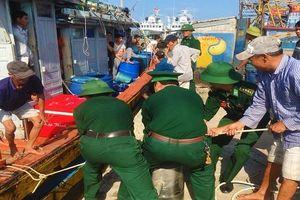Cứu 7 thuyền viên trên tàu cá bị cháy giữa biển