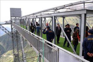 Cầu kính Rồng Mây thu hút hàng nghìn du khách trong ngày đầu khai trương