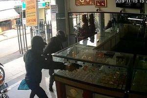 Vụ nổ súng cướp tiệm vàng ở Hóc Môn, TP.HCM diễn ra thế nào?