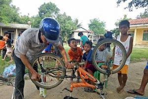 Quảng Trị: Người đàn ông khuyết tật sửa xe miễn phí cho học sinh vùng cao