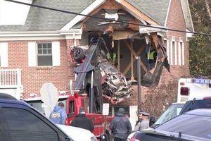Xe ô tô bất ngờ 'hạ cánh' xuống tầng 2 tòa nhà