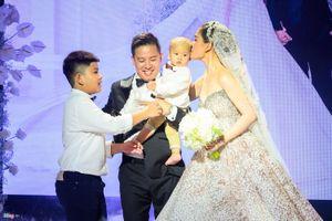 Giang Hồng Ngọc và chồng hôn say đắm trước hai con trong lễ cưới