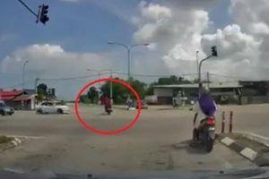 Hai nam thanh niên bị ôtô đâm vì vượt đèn đỏ