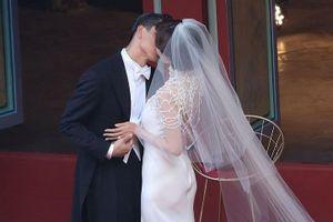 Siêu mẫu 45 tuổi Lâm Chí Linh khóc khi hôn chồng ở lễ cưới