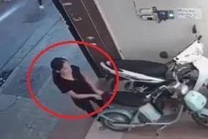 Người phụ nữ thoải mái trộm xe rồi đẩy đi