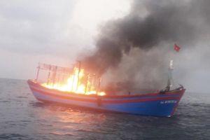 Cứu sống 7 ngư dân trên tàu cá bốc cháy giữa biển