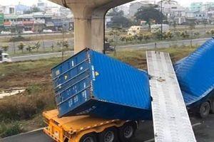 Xe container kéo sập dầm cầu bộ hành: ai chịu trách nhiệm?