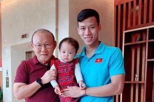 Fan ghen tỵ vì con gái Hải Quế được check-in cùng bố Park, Công Phượng