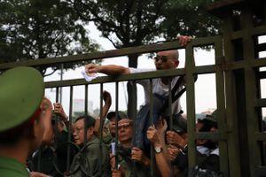 Leo rào tranh vé trận bóng Việt Nam - Thái Lan