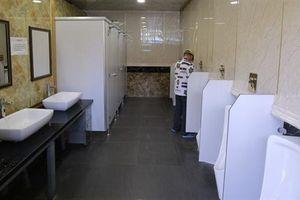 Đập nhà vệ sinh 1,6 tỷ doanh nghiệp xây: Cán bộ ghét?