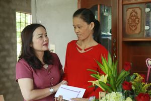 Lãnh đạo ngành GD&ĐT tỉnh Quảng Trị thăm hỏi và động viên giáo viên khó khăn