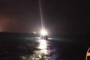 Nghệ An: Cứu 6 ngư dân lênh đênh trên tàu bị tràn nước vào khoang máy