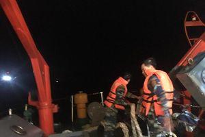 Nước bất ngờ tràn khoang máy tàu cá, 6 ngư dân Nghệ An gọi cứu nạn khẩn cấp