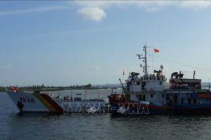 Lai dắt tàu đánh cá bị hỏng máy ở Trường Sa về đất liền an toàn