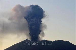 Nhật Bản nâng mức cảnh báo núi lửa Shimmoe phun trào