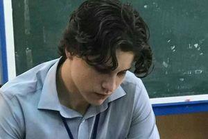 Thầy giáo nước ngoài gây sốt mạng xã hội qua bức ảnh chụp lén vì vẻ ngoài tựa 'nam thần'